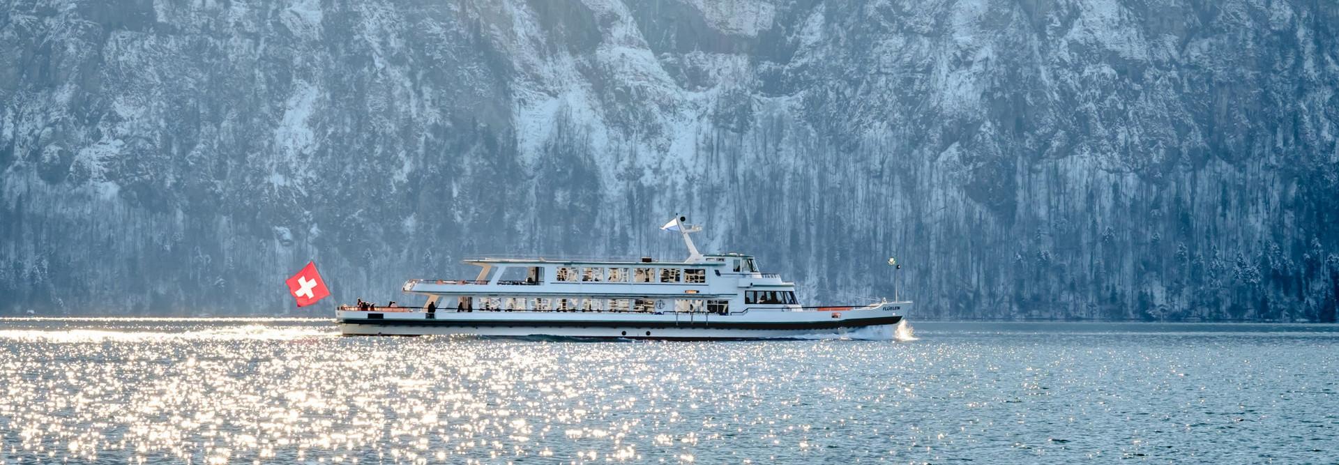 Ein Motorschiff der Schifffahrtsgesellschaft des Vierwaldstättersees (SGV) AG fährt im Winter auf dem Vierwaldstättersee.
