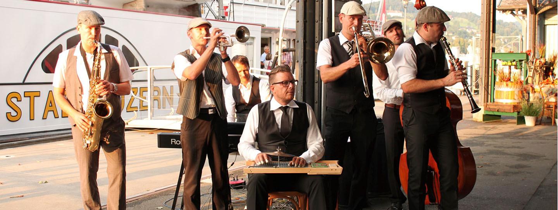 Le groupe Jazz-Tube offre une excellente ambiance déjà à la jetée.