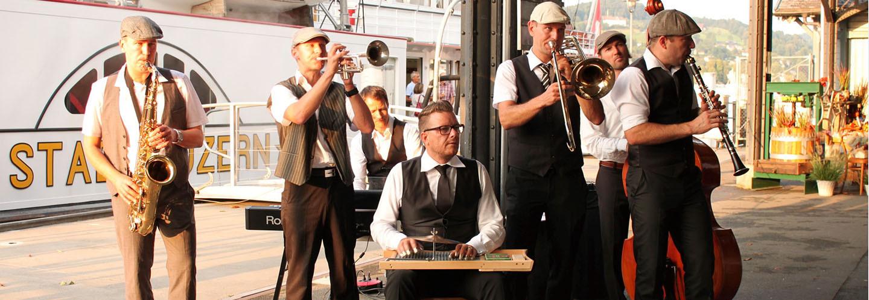 Die Band Jazz-Tube sorgt bereits am Steg für tolle Stimmung.
