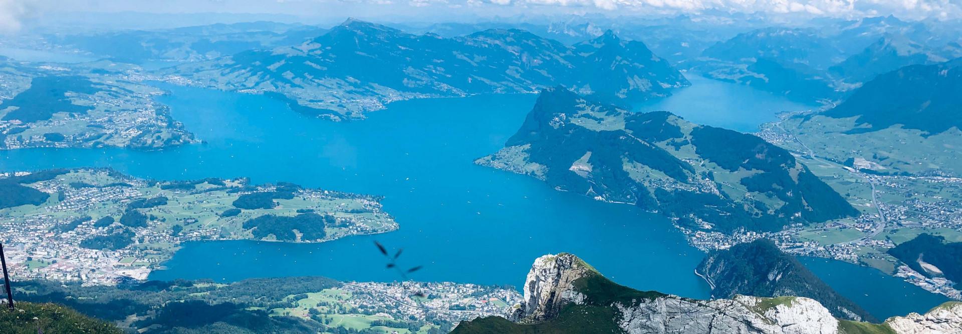 Im Vordergrund die letzten Bergspitzen vom Pilatus, im Hintergrund der Vierwaldstättersee mit Blick auf Luzern