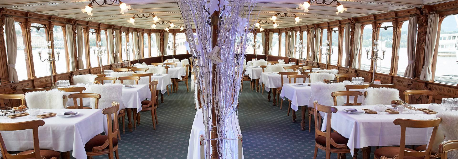 Auf dem wunderbar winterlich dekorierten Dampfschiff Uri erlebt man wunderbare Adventsstunden.