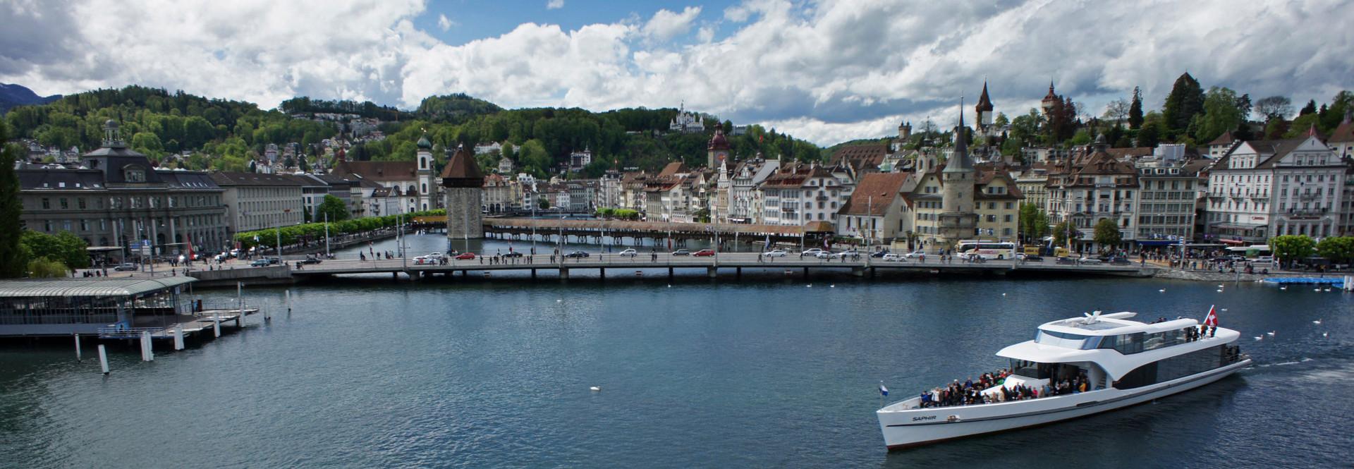 Le bateau à moteur Saphir dans le bassin du lac de Lucerne.