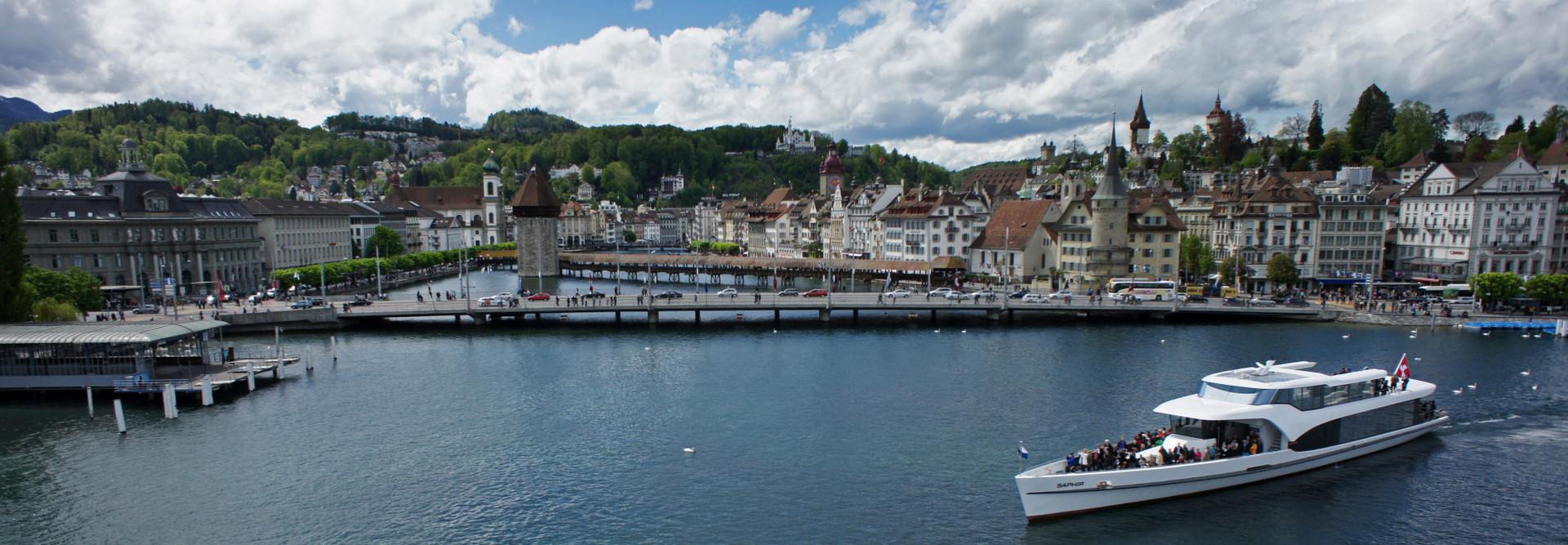 Panorama-Yacht Saphir im Luzerner Seebecken.