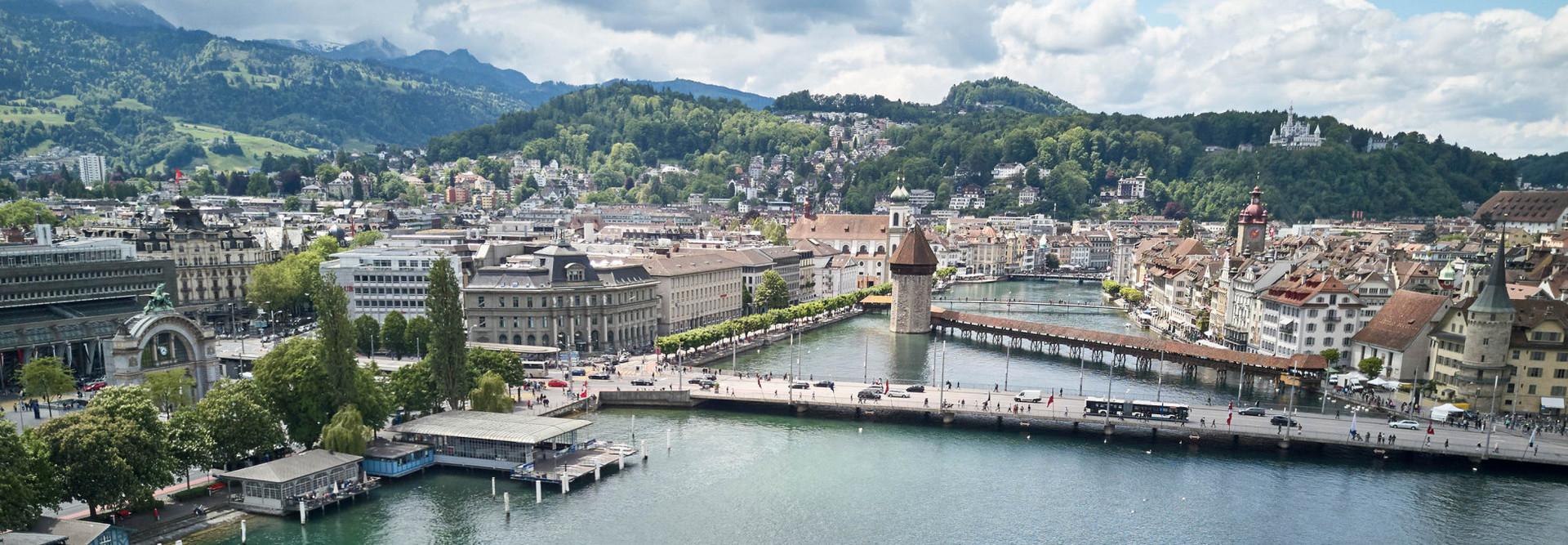 Sicht von oben auf das Motorschiff Diamant im Luzerner Seebecken vor der Seebrücke