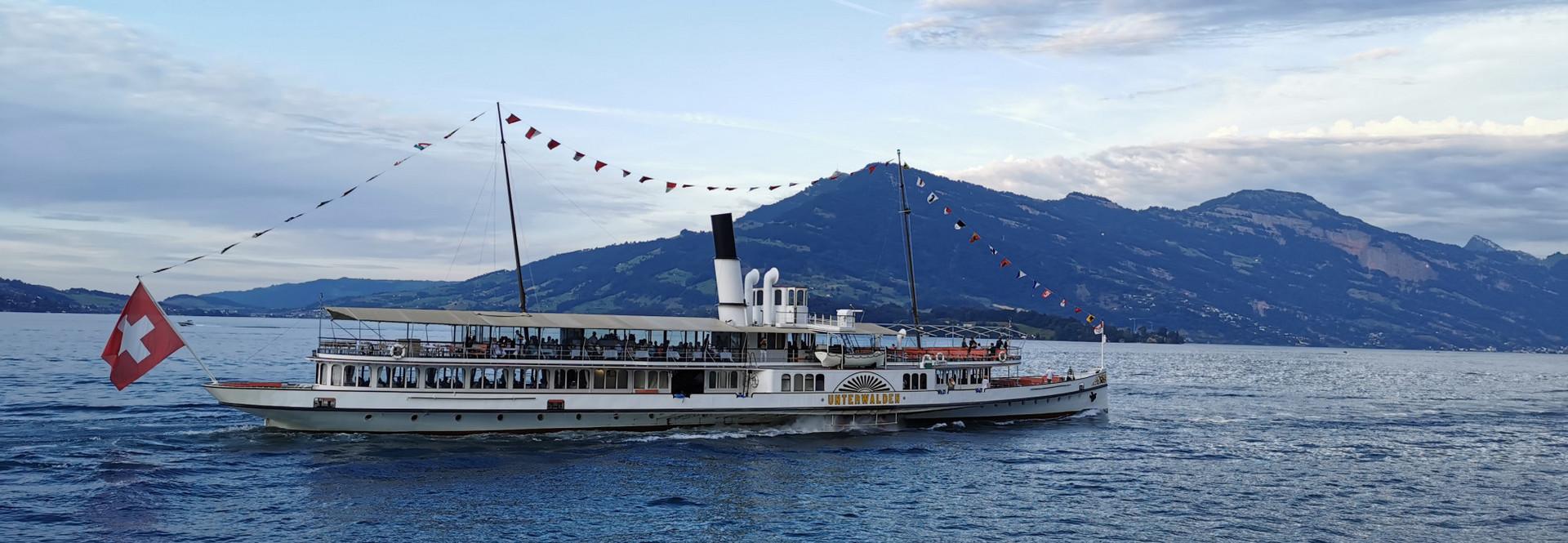 Gäste verbringen einen wunderbaren 1. August-Abend auf dem Dampfschiff Unterwalden auf dem Vierwaldstättersee.