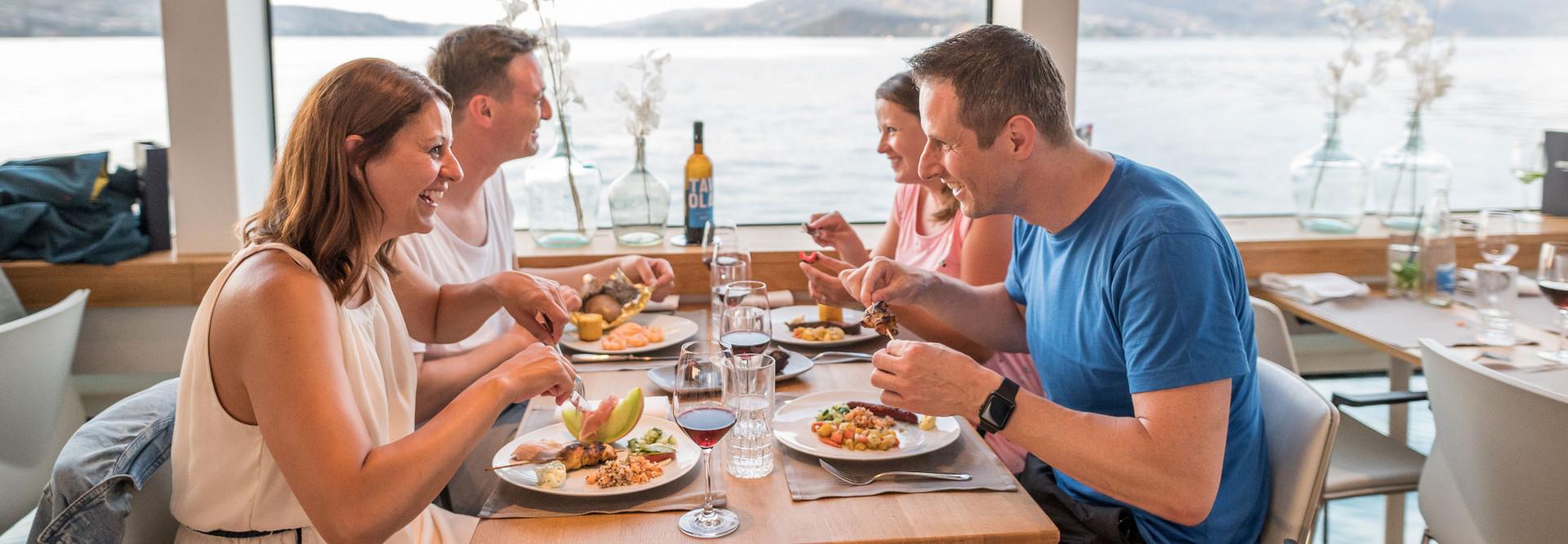 Freunde lassen sich vom herzhaften Essen verwöhnen und geniessen den lauen Sommerabend mit chilliger Musik