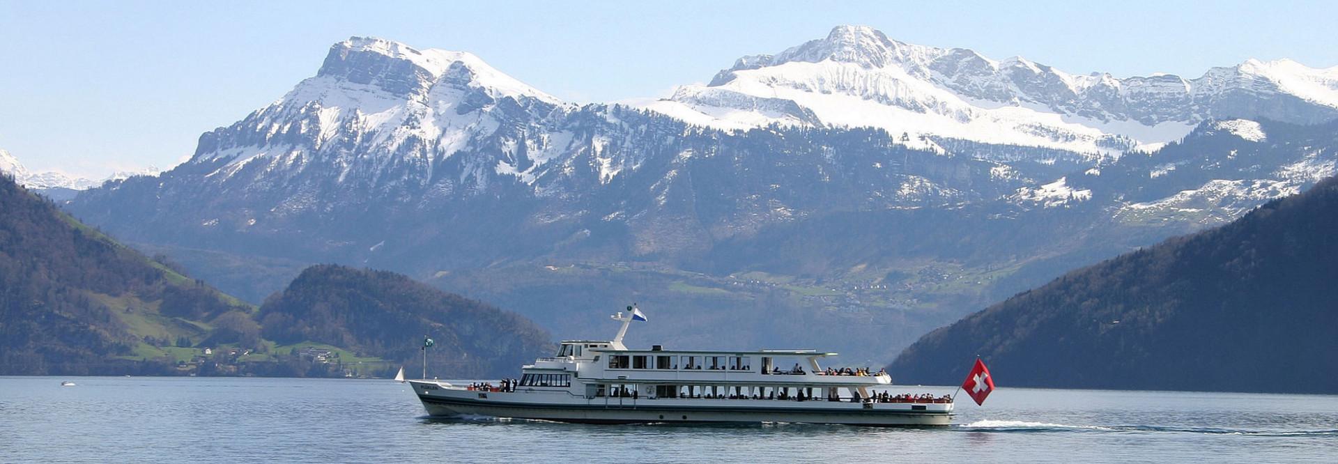 Motorschiff Flüelen mit schönem Winterbergpanorama im Hintergrund