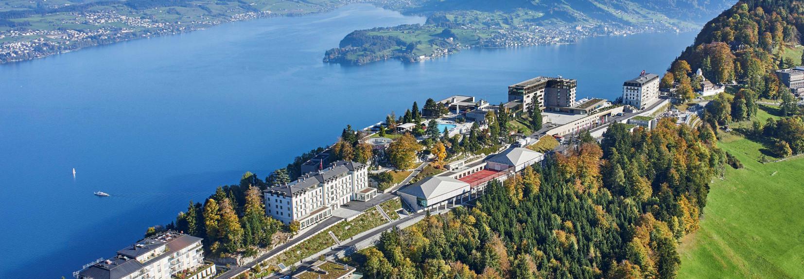 Bürgenstock Resort von oben. Im Hintergrund ist der Vierwaldstättersee zu sehen.