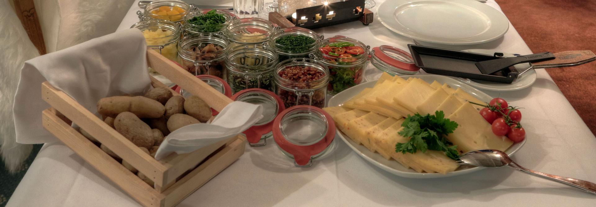 Der Tisch ist gedeckt mit vielen köstlichen Beilagen