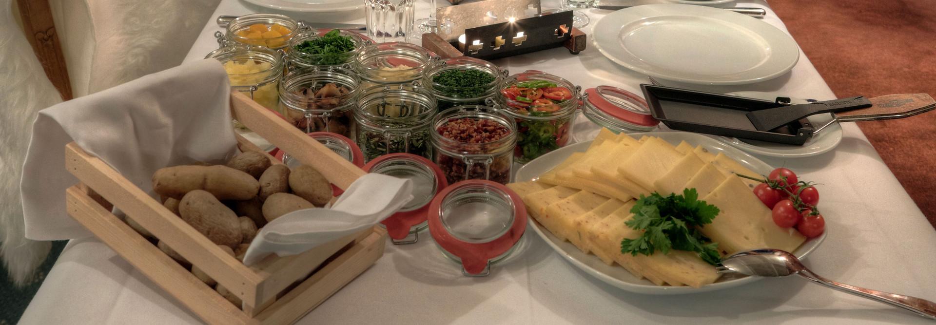 La table est dressée avec de nombreux plats d'accompagnement délicieux
