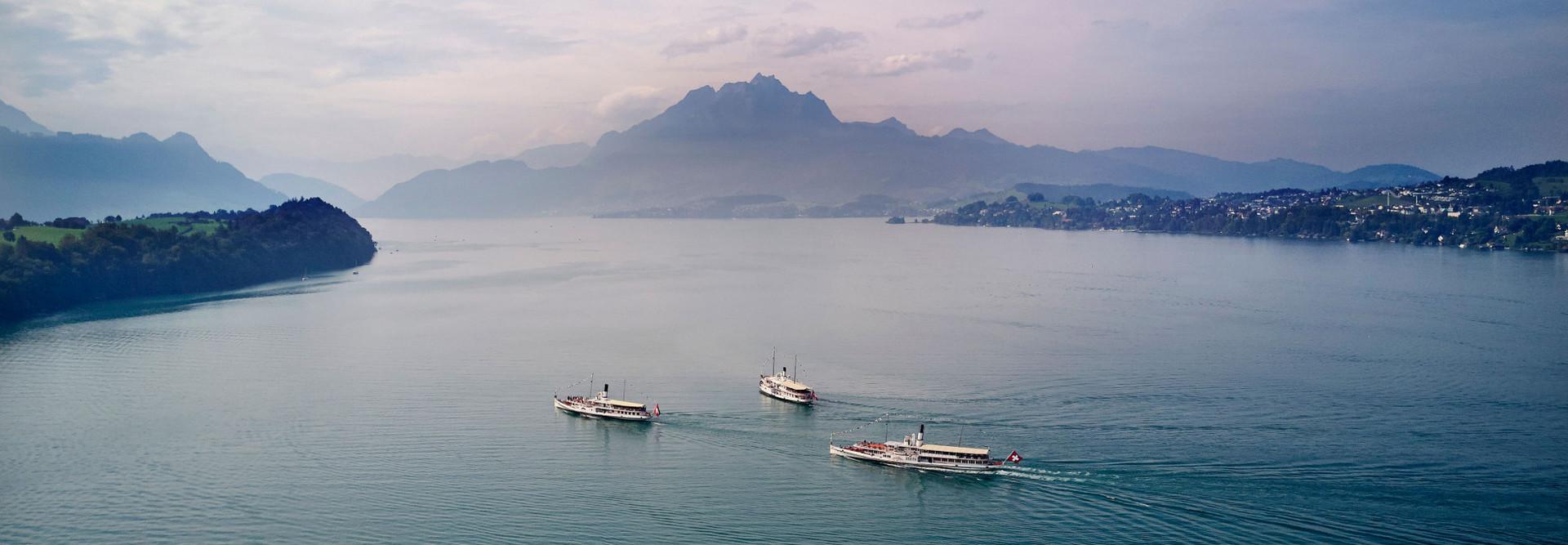 Trois bateaux à vapeur en route pour Lucerne après une croisière à Küssnacht.