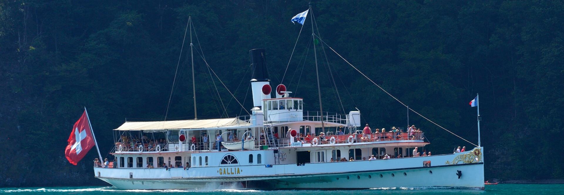 Dampfschiff Gallia in voller Fahrt vor einer grossen Felswand