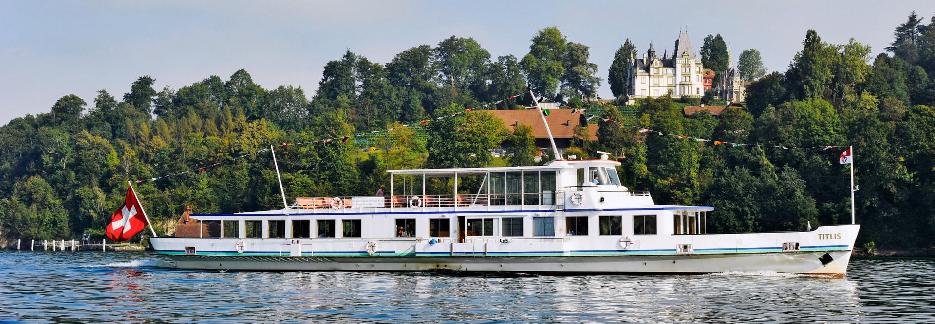 Le bateau à moteur Titlis navigue par beau temps sur le lac des Quatre-Cantons.