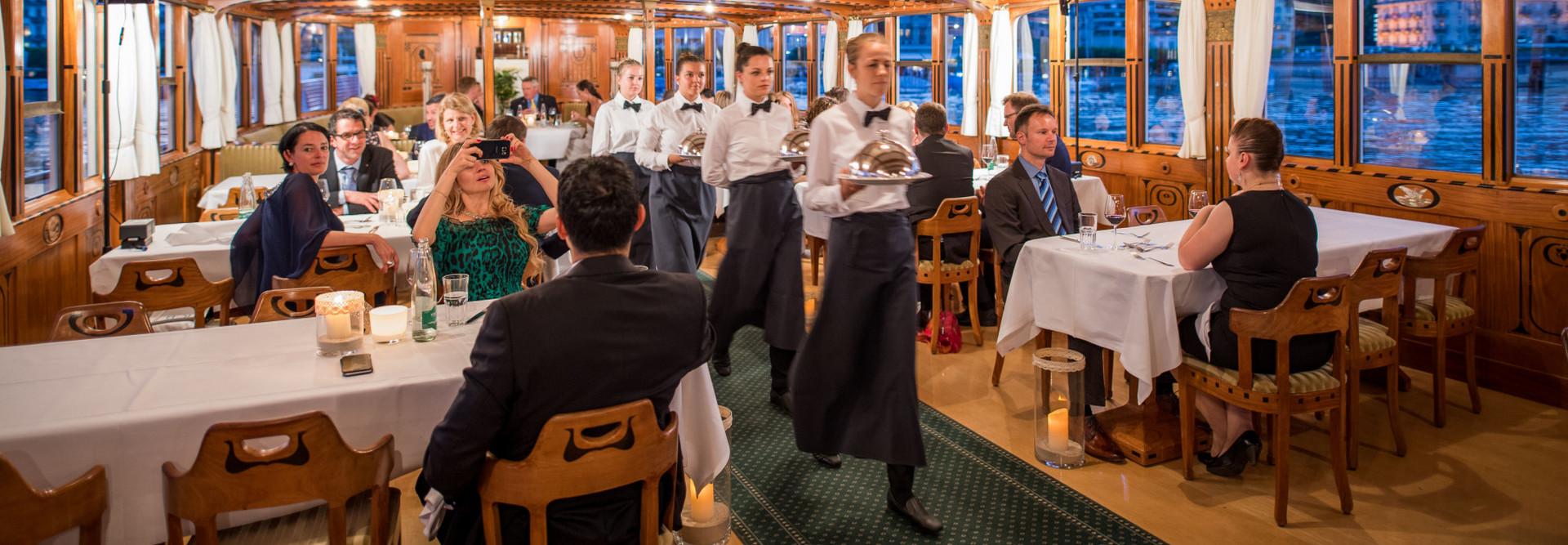 Auf einem Dampfschiff der Schifffahrtsgesellschaft des Vierwaldstättersees wird ein Gala-Dinner serviert.