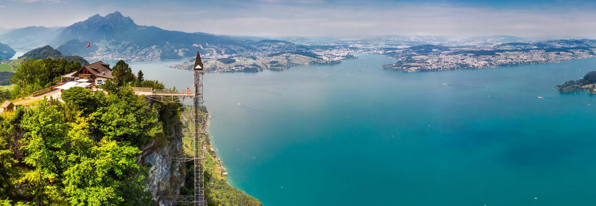 Seitiche Drohnenaufnahme des Hammetschwandliftes. Rechts sieht man einen Teil des Vierwaldstättersees und im Hintergrund er Pilatus.