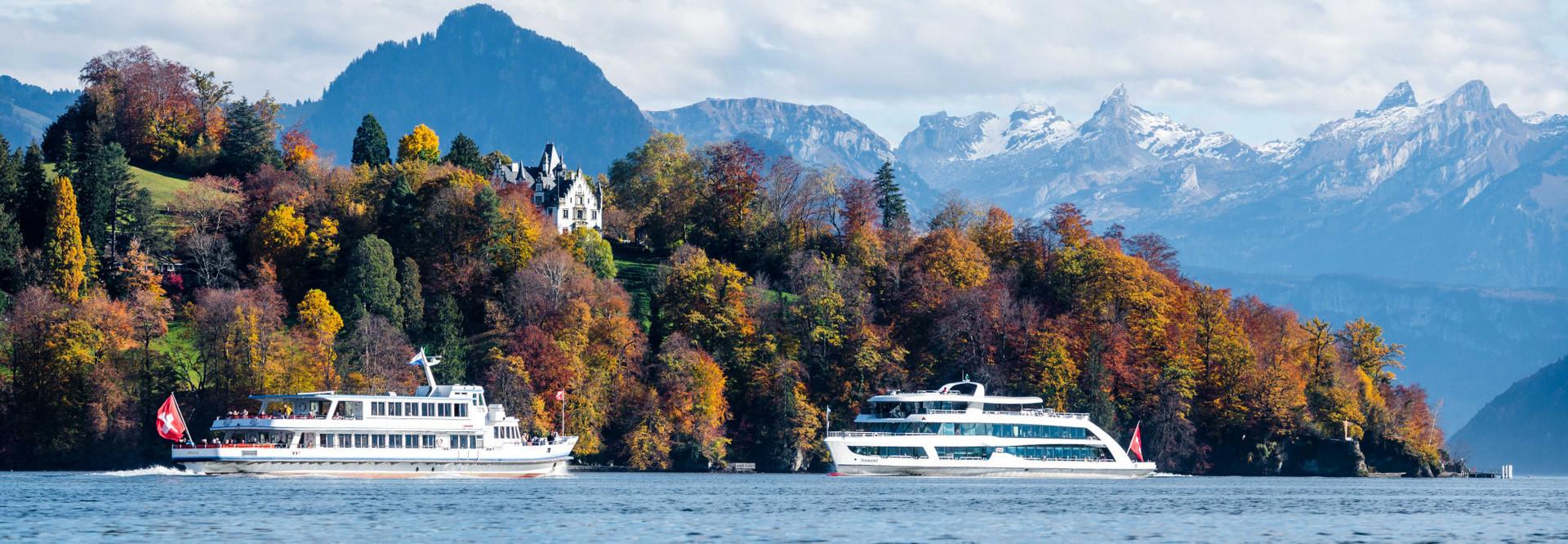 Zwei Motorschiffe kreuzen sich vor dem Meggenhorn - im Hintergrund sind die Berge sowie die schöne Herbststimmung zu sehen