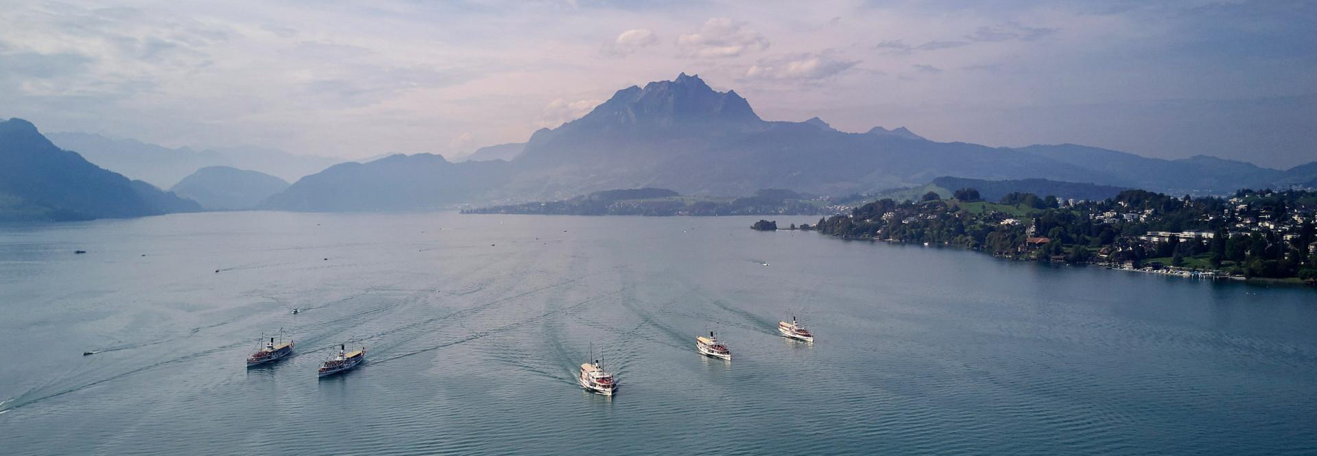 Die fünf Dampfschiffe der SGV gemeinsam auf dem See.
