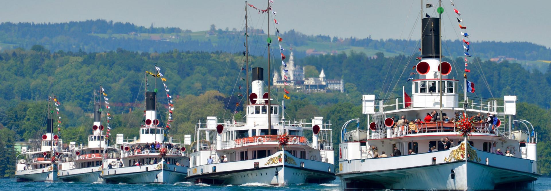 Die fünf nostalgischen Dampfschiffe an einer Parade.