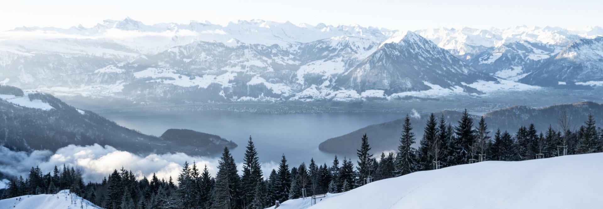 Verschneite Rigi mit Sicht auf den Vierwaldstättersee