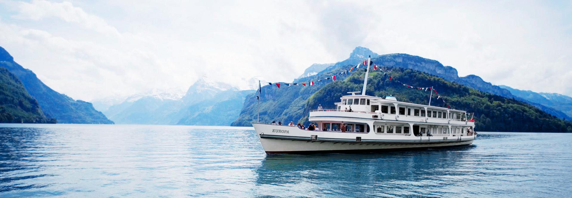 Das Motorschiff Europa mit Festbeflaggung während einer Fahrt auf dem Vierwaldstättersee.