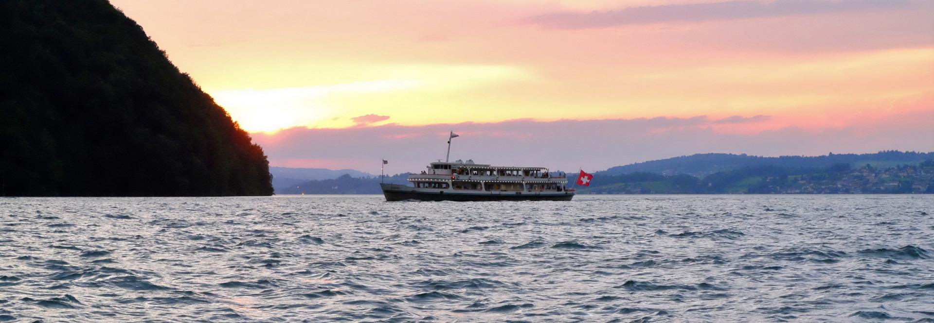 Auch zahlreiche Motorschiffe sind am Abend des 1. August auf dem Vierwaldstättersee unterwegs.
