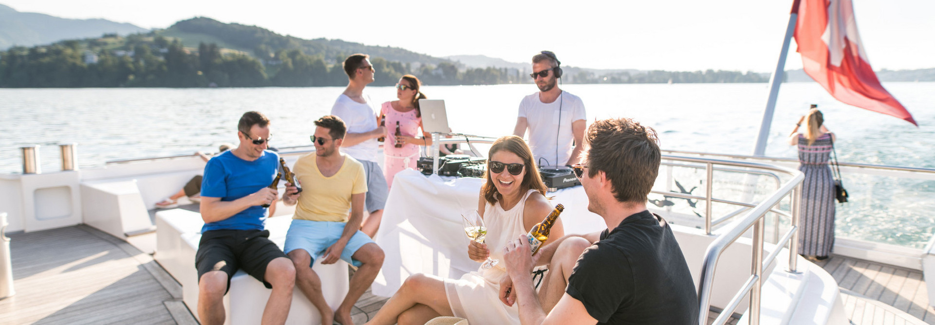 Experience and enjoy a culinary cruise and musical summer evening on the motorboat Diamant.