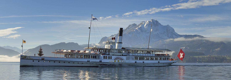 Fahrendes Dampfschiff Uri auf dem Vierwaldsättersee bei schönem Winter-Wetter.
