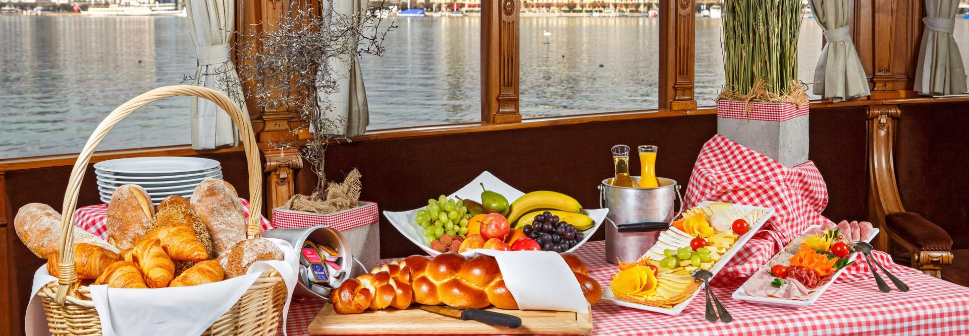 Buffet auf dem Brunch-Schiff mit Brot und kalten Platten