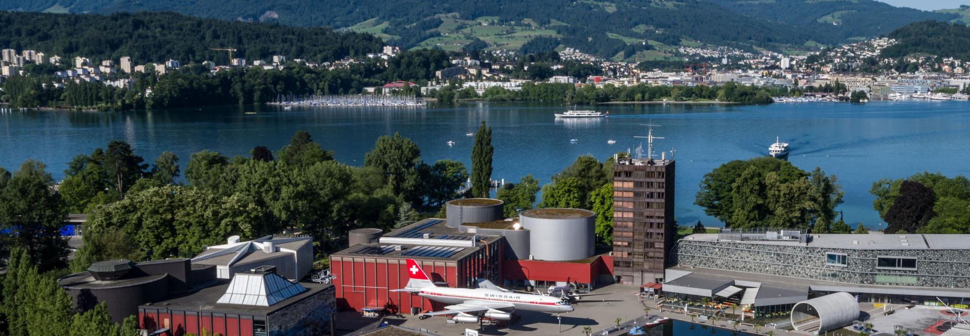 Sicht aus der Luft auf das Verkehrshaus und den See mit dem Pilatus