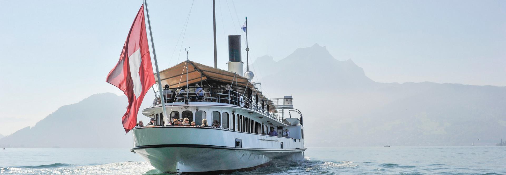 Gäste geniessen das Wetter auf dem Aussendeck des Dampfschiffes nach einem ausgiebigen Brunch.