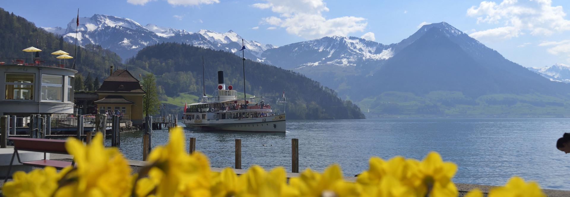 Das Dampfschiff Unterwalden steht am Hafen von Vitznau.