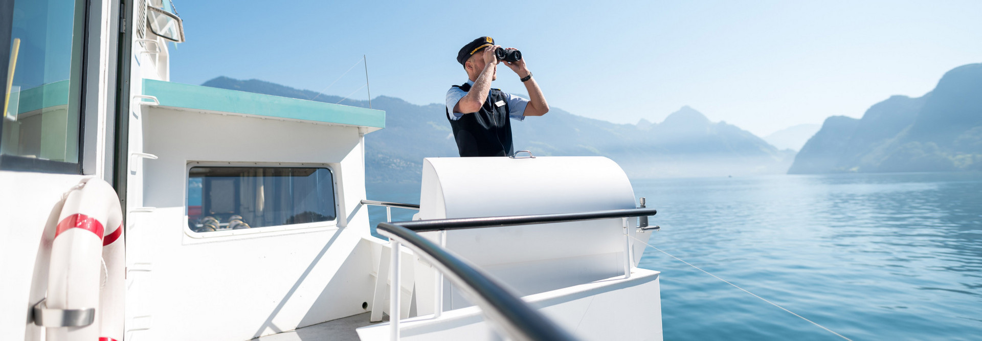 Skipper observes the goings-on on Lake Lucerne from the Nock with binoculars.