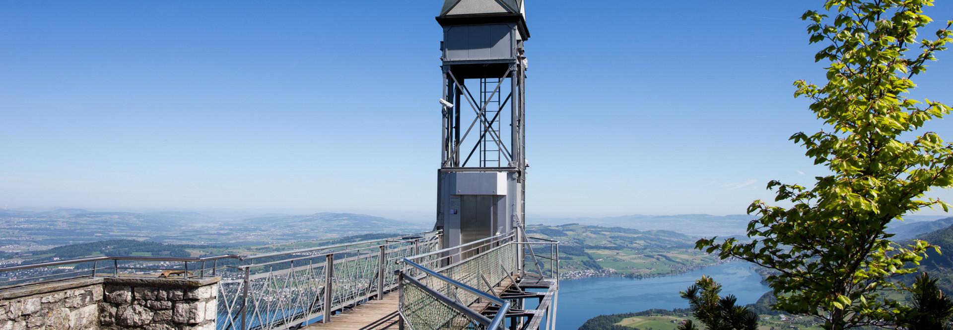 der letzte Abschnitt vom Hammetschwand Lift und eine kleine Aussichtsplattform ist zu sehen. Im Hintergrund ist der Vierwaldstättersee