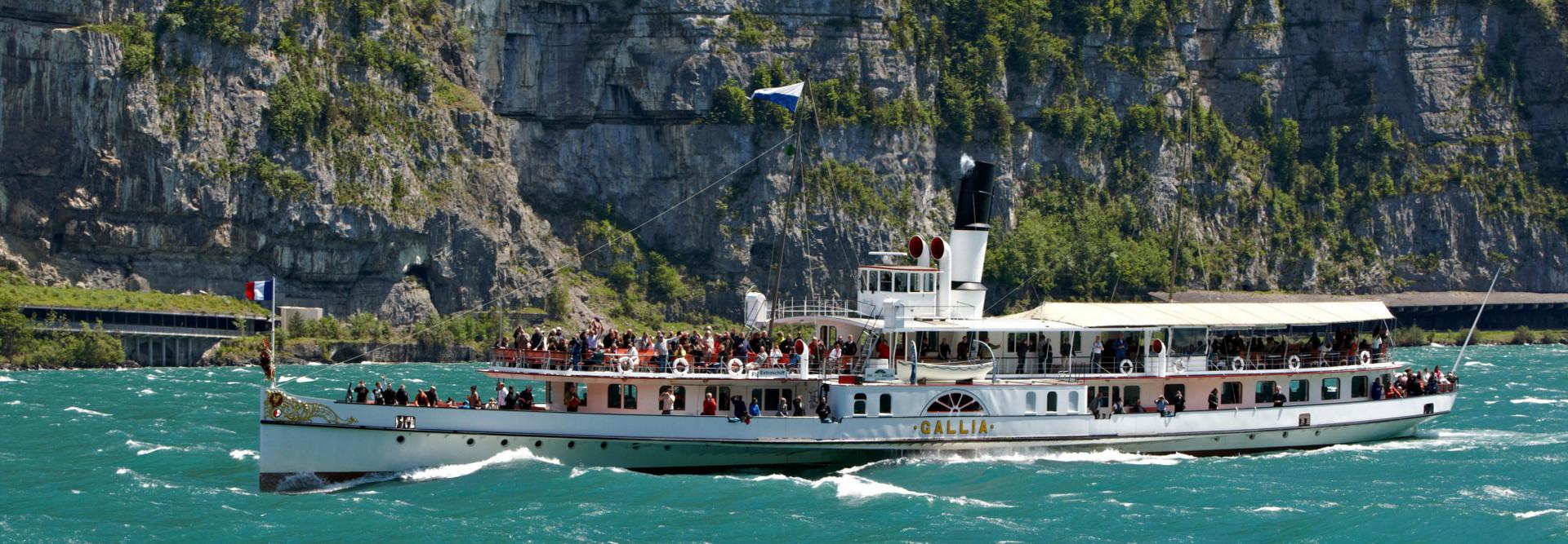 Das Dampfschiff Gallia fährt bei starkem Wellengang auf dem Vierwaldstättersee.