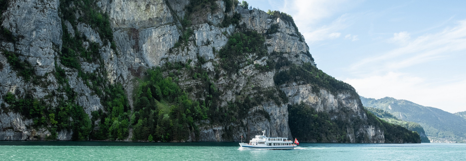 Déjeuner-croisière quotidien sur le lac Uri avec un bateau à moteur.