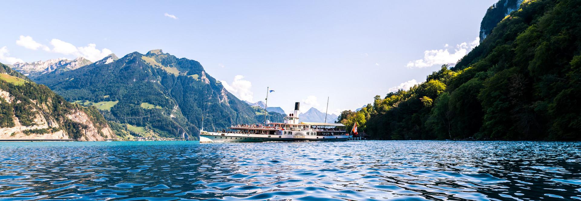 Zahlreiche Gäste geniessen einen Sommertag auf dem Dampfschiff Schiller