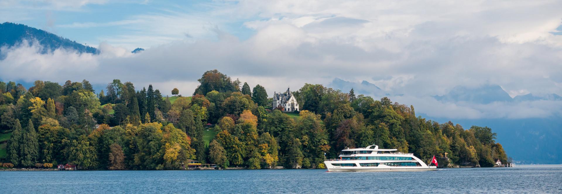 Le bateau à moteur Diamant passe devant le château de Meggenhorn.