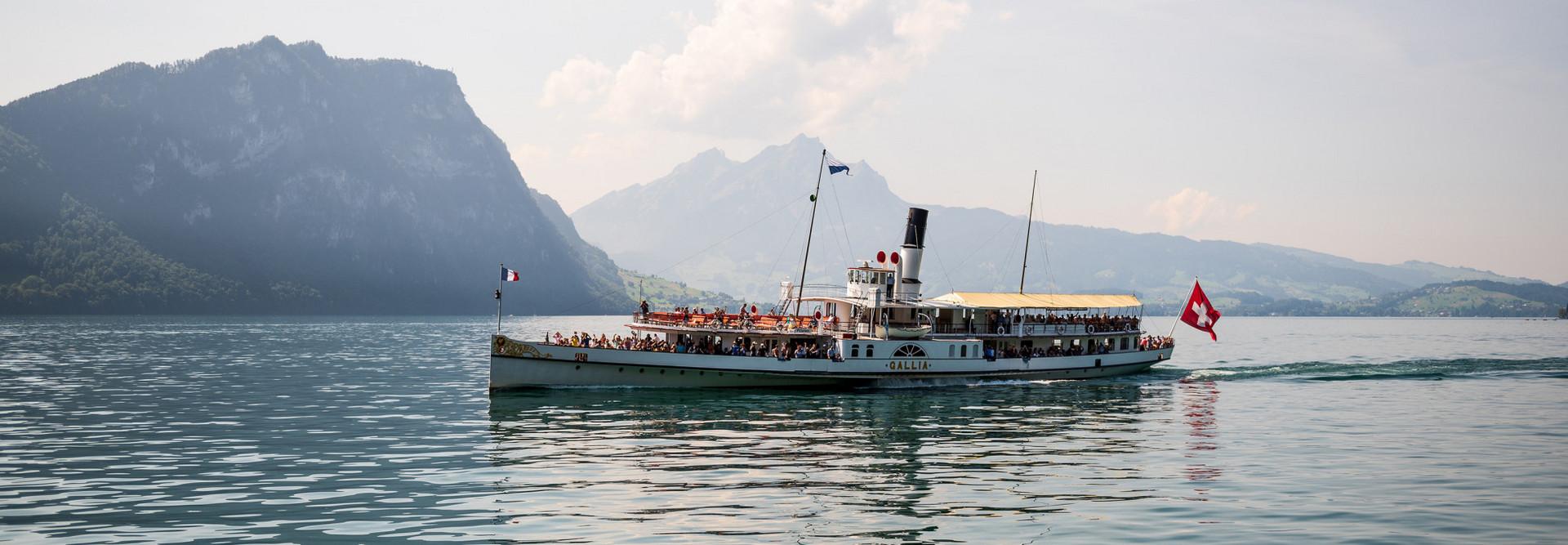 Dampfschiff Gallia fährt vor dem Pilatus durch.
