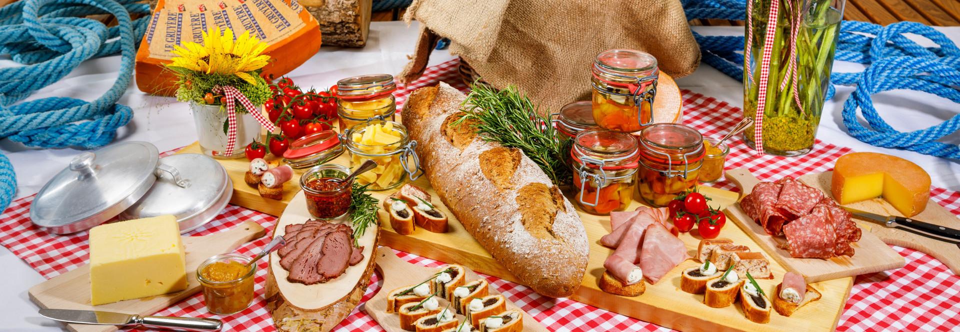 Am Abend des 1. Augusts erwartet ein reichhaltiges Buffet die Gäste auf der Tour de Suisse Schifffahrt.