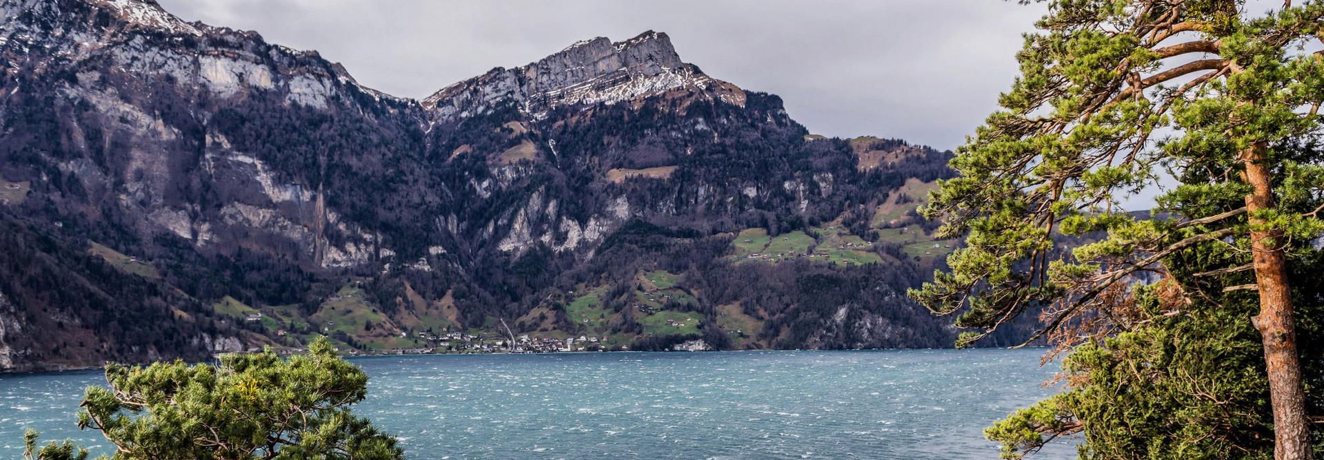 Der Föhn bläst stark über den Vierwaldstättersee und lässt die Wellen hoch schlagen.