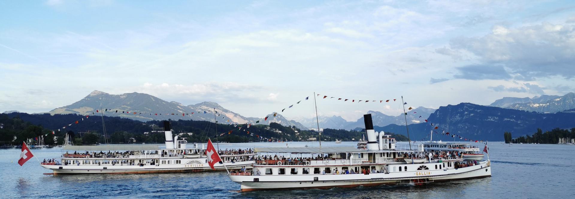 Am 1. August sind auch die Dampfschiffe Gallia und Schiller auf dem Vierwaldstättersee abends unterwegs.