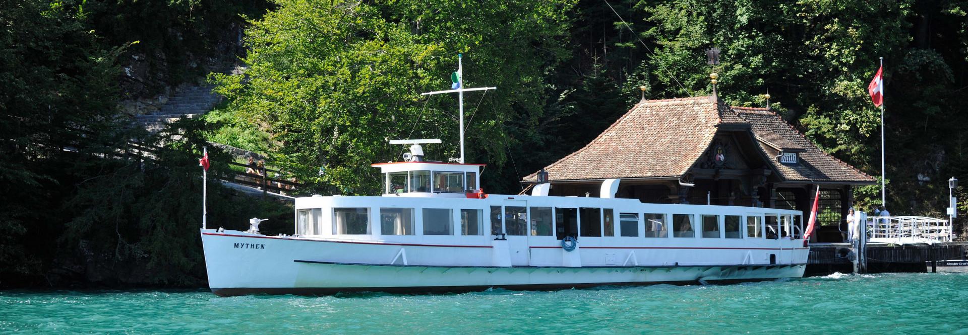 Le bateau à moteur Mythen navigue sur le lac des Quatre-Cantons par temps ensoleillé.