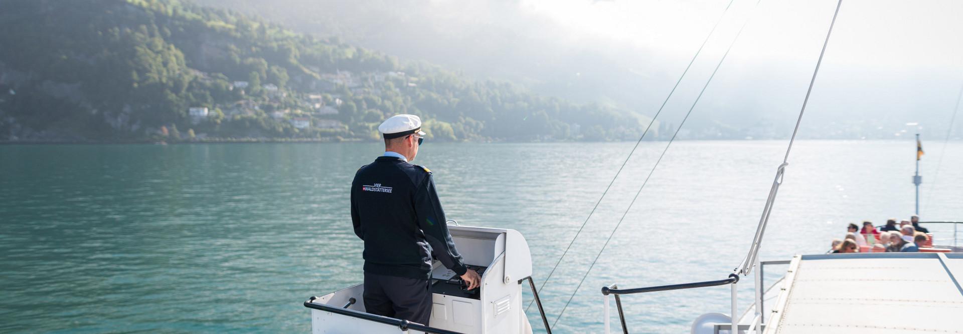 Ein Kapitän der SGV steht draussen auf dem Schiff beim Nock.
