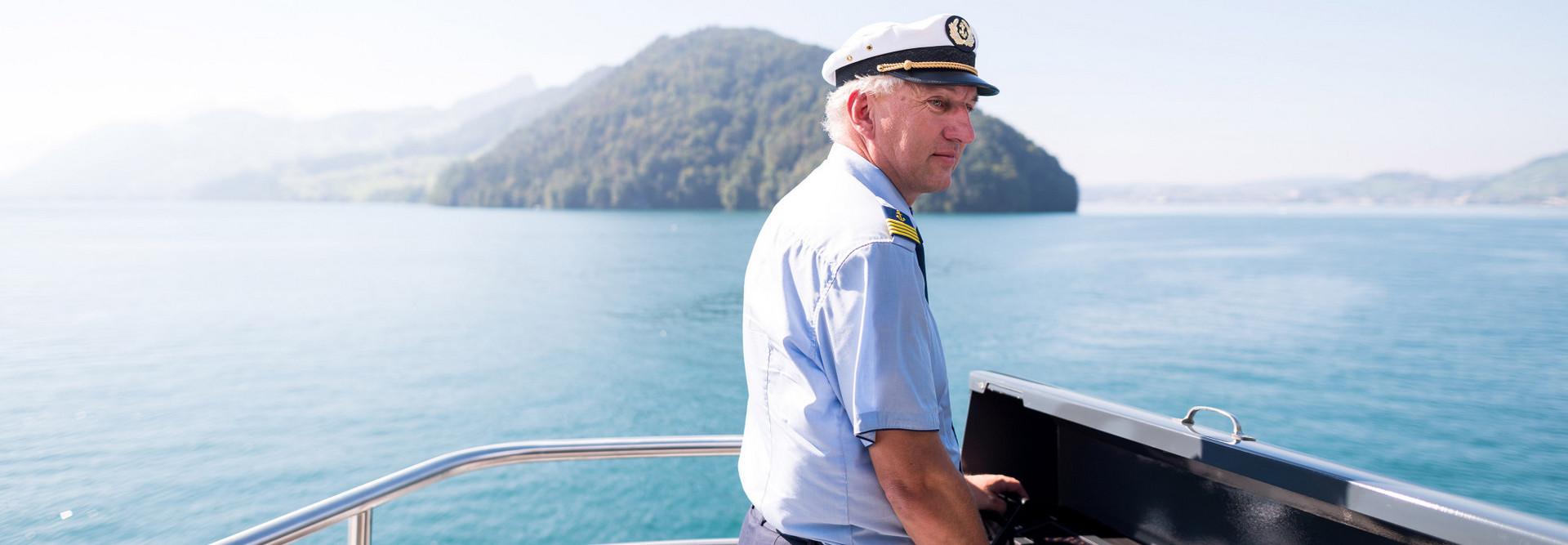 Der Chefkapitän der SGV steuert das Motorschiff über den Vierwaldstättersee.