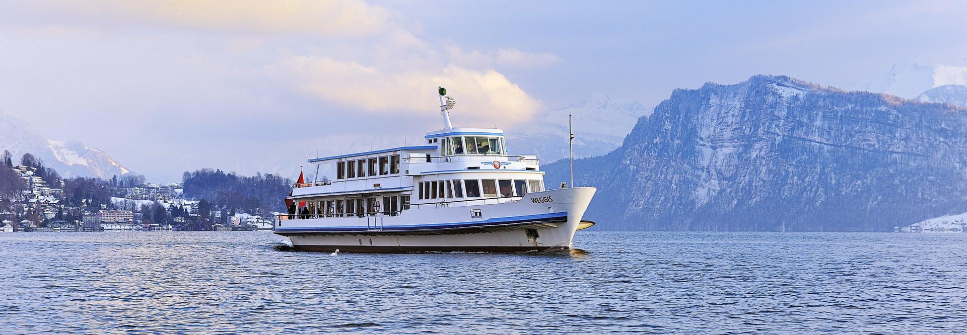Motorschiff fährt im Winter auf dem Vierwaldstättersee.