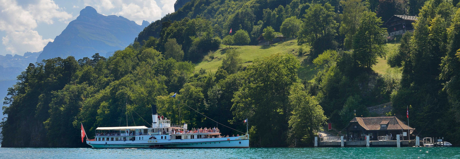 Dampfschiff Gallia fährt an einem Sommertag auf dem Vierwaldstättersee