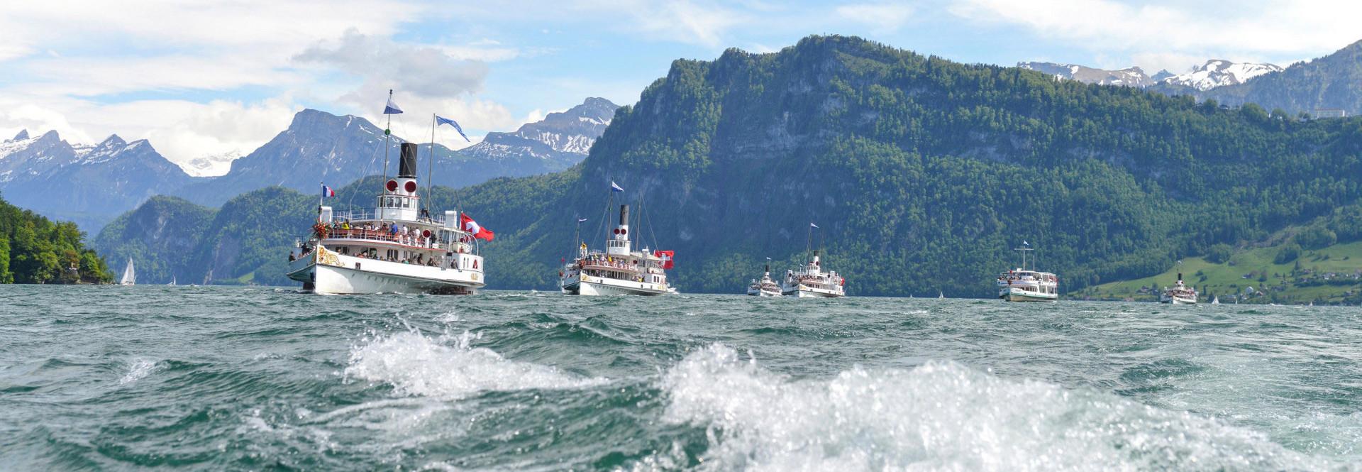 Dampfschiffe während einer Fahrt auf dem welligen Vierwaldstättersee.
