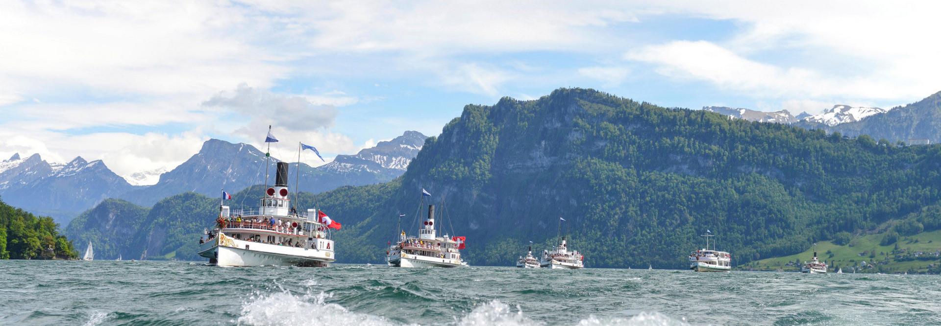 [Translate to French:] Dampfschiffe während einer Fahrt auf dem welligen Vierwaldstättersee.
