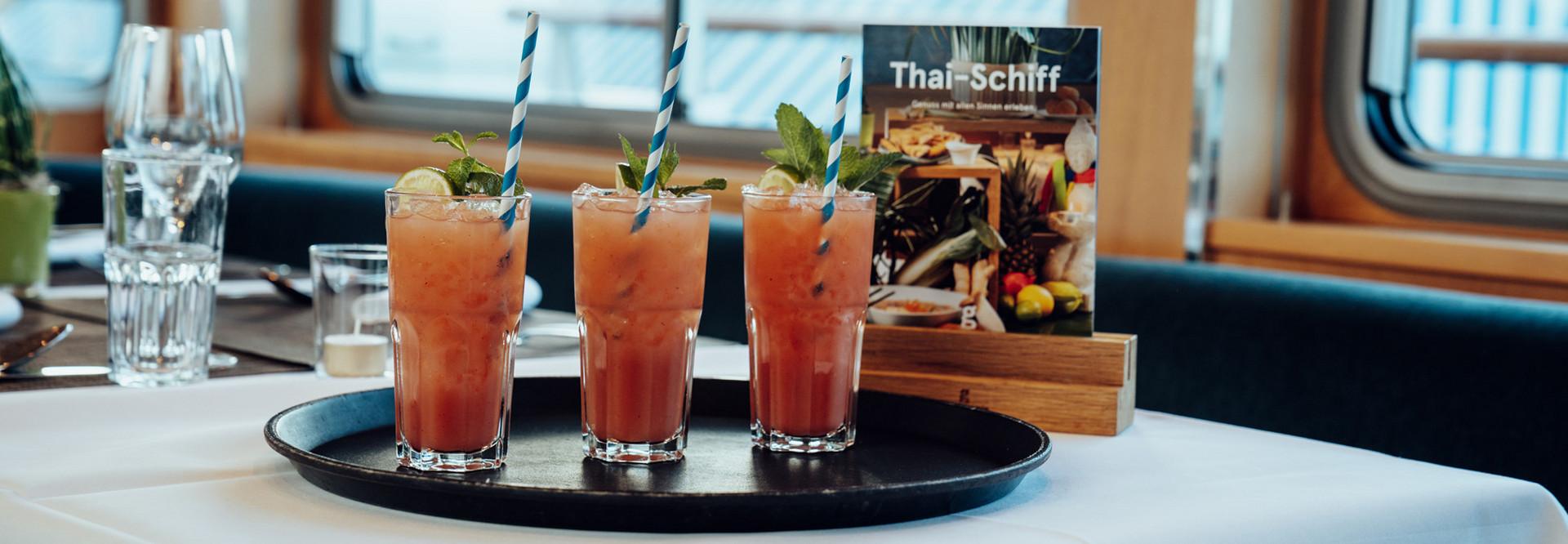 Drei Cocktails stehen auf einem Tisch auf dem Thai-Schiff.
